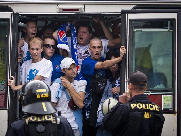 Policisté dohlížejí na Fanoušky Baníku, kteří přijeli k ligovému zápasu se Spartou.