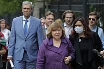 Běloruská spisovatelka Světlana Alexijevičová (uprostřed) za doprovodu svých příznivců a novinářů míří v Minsku k výslechu za běloruskými vyšetřovateli. Vlevo je bývalý ministr kultury Pavel Latuško