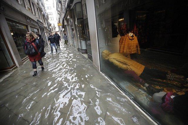 Ulice a památky v Benátkách jsou kvůli silným dešťům pod vodou.