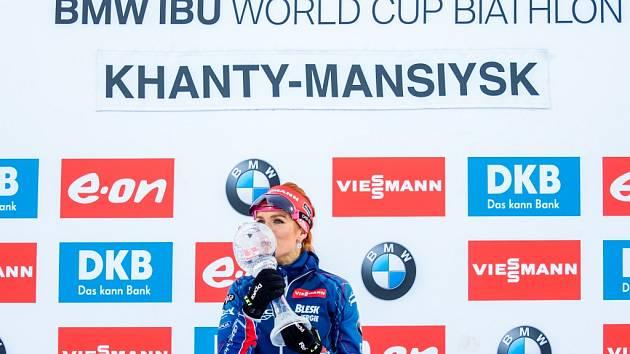 Gabriela Soukalová si hýčká malý glóbus za stíhací závod.