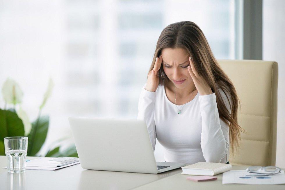 Bolest hlavy a migréna. Člověk by v tu chvíli rozhodně neměl používat počítač.