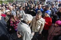 Pamětníka holokaustu Jiřího Bradyho dnes uvítalo v jeho rodném Novém Městě na Moravě několik stovek lidí.