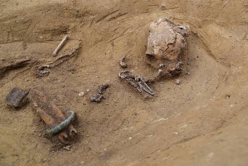 Hrob ženy z mladší doby železné (4.–5. století př. n. l.). Detail z hrobu. Patrný je bronzový náramek, železná jehlice, snad zbytek nákrčníku a další hrobové milodary