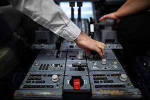 Letecký inženýr Ondřej Klusáček se podílí na vývoji dotykových autopilotů pro malá letadla. Běžnější jsou stále u velkých dopravních letadel. Testy probíhají i na simulátorech.