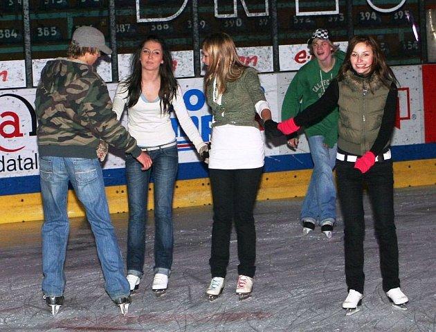 Na znojemský led si přišlo zatančit několik desítek lidí