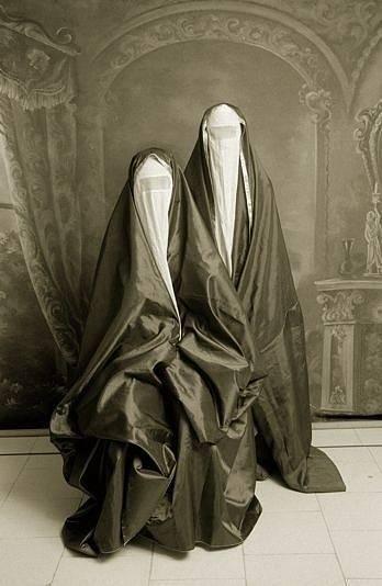 Burka, jedna z nejstarších variant sebezahalování. Je to nejpřísnější varianta zahalení, zakrývá celou postavu i obličej včetně očí, přes které je síťka.