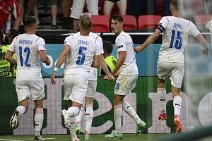 Patrik Schick z ČR se raduje se spoluhráči z gólu.