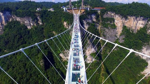 Visutý most láká unikátním povrchem, který zčásti tvoří 99 třívrstvých průhledných skleněných desek.
