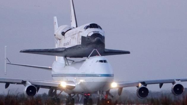 Nejstarší americký raketoplán absolvoval poslední let z Kennedyho vesmírného střediska na Floridě do metropole Spojených států na hřbetě speciálně upraveného Boeingu 747.
