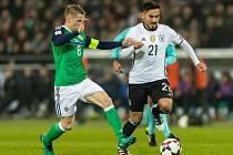 Ilkay Guendogan z Německa (vpravo) a Steven Davis ze Severního Irska.