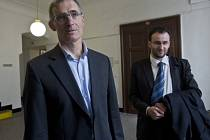 Karel Randák (vlevo) u Obvodního soudu v Praze 1
