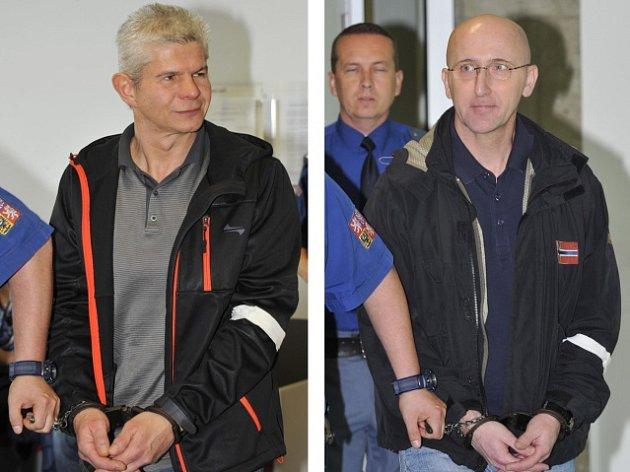 Správce nemovitostí Ivan Kovářík (vlevo) a jednatel společnosti Morávia-Chem Radek Menšík (vpravo), kteří jsou obžalovaní v kauze takzvané lihové mafie, jsou na svobodě, složili kauci.