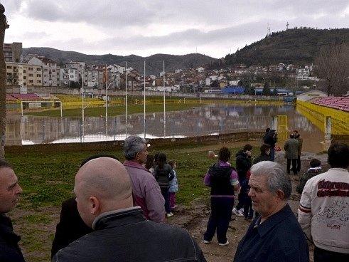 Zaplavené fotbalové hřiště ve městě Stip na východě Makedonie