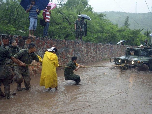 Hurikán Ingrid a tropická bouře Manuel doprovázené silnými lijáky si v Mexiku vyžádaly mnoho mrtvých.