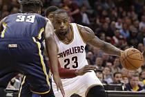 LeBron James z Clevelandu (vpravo) se snaží obehrát Mylese Turnera z Oklahomy.