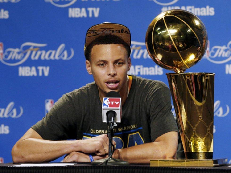 Nejužitečnější hráč sezony NBA Stephen Curry z Golden State.