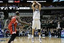 Dirk Nowitzki (41) střílí tříbodový koš v zápase s Washingtonem.