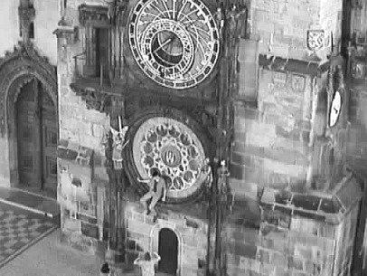 Na staroměstský orloj dnes nad ránem vylezl jeden cizinec a údajně poškodil kamennou část spodní části jeho lunárního kruhu.