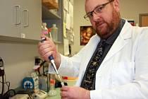 Biofyzik Rüdiger Ettrich z Akademie věd ČR dostal příležitost působit na soukromé Jihovýchodní univerzitě NOVA v Miami a podílet se na atraktivním výzkumu dědičných deformací, tedy třeba trpasličího růstu, rozštěpu a deformací kyčlí.