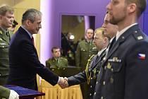 Ministr obrany Martin Stropnický (druhý zleva) předal Petru Ungermannovi ocenění za záchranu lidského života na velitelském shromáždění k vyhodnocení výcvikového roku 2015.