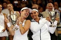 Martina Hingisová (vlevo) a Sania Mirzaová vyhrály na Wimbledonu čtyřhru.