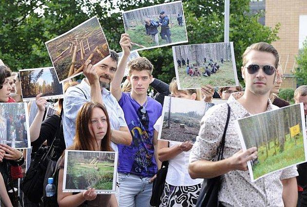Pět desítek aktivistů, kteří měsíc blokovali kácení stromů napadených kůrovcem v šumavské lokalitě Na Ztraceném, se v pondělí ráno zhruba na hodinu a půl sešlo před budovou ministerstva životního prostředí.