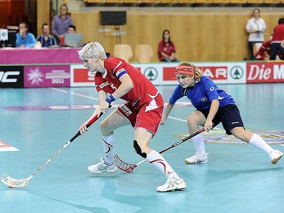 Na snímku vlevo Magdalena Kotíková z českého týmu.