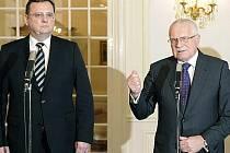 Prezident Václav Klaus (vpravo) a premiér Petr Nečas hovoří s novináři po novoročním obědě, ke kterému se sešli 2. ledna v Lánech.
