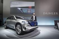 Mercedes míří do světa elektrických automobilů, ale policie ho nyní vyšetřuje kvůli možným falšováním dat emisí u klasických dieselových motorů.