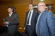 Dosavadní šéf firmy STES a kandidát na předsedu Fotbalové asociace ČR (FAČR) Martin Malík (uprostřed) přichází na valnou hromadu FAČR