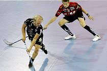 Florbalisté Tatranu Střešovice (v černočerveném) v zápase s Falunem na Czech Open.