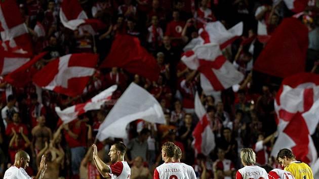 Fotbalisté Slavie se radují z výhry nad CZ Bělehrad.