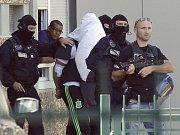 Francouzský islamista zaútočil dnes na průmyslový závod u Lyonu na jihovýchodě země, kde s dodávkou najel do propanbutanových lahví a způsobil explozi. Předtím zavraždil svého zaměstnavatele, kterému uřízl hlavu a pověsil ji na plot objektu.