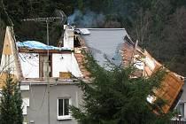 Zničená střecha rodinného domu v Kraslicích