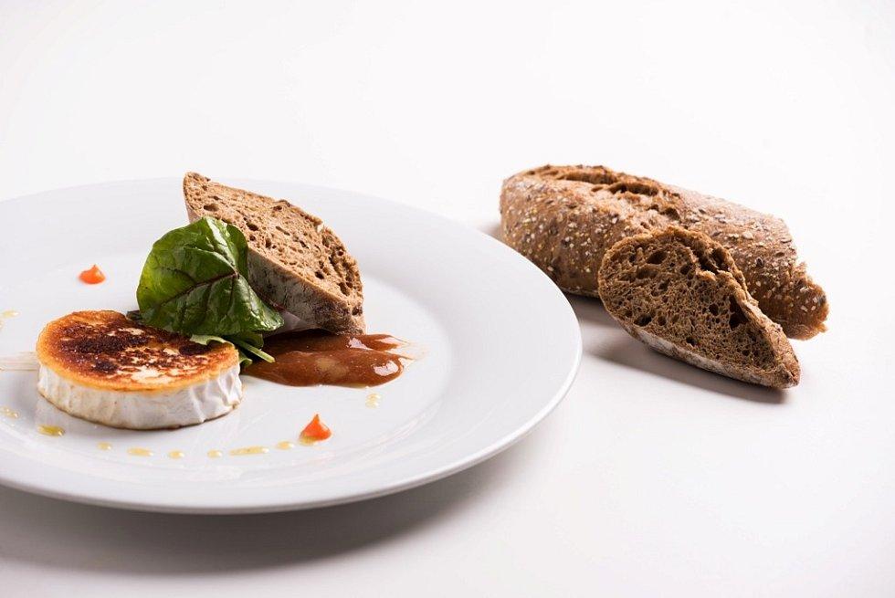 Grilovaný sýr a pohankový chléb
