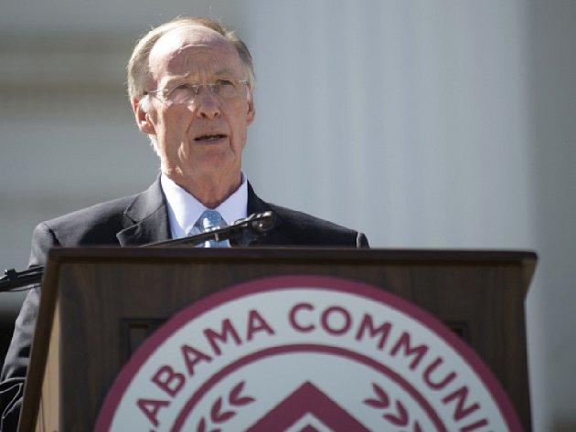 Guvernér amerického státu Alabama Robert Bentley čelí tvrdé kritice za to, že mu pro zapomenutou peněženku letěla policejní helikoptéra.