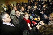 Václav Havel opustil nemocnici v Praze-Motole, kde mu před osmnácti dny odoperovali zánětlivé ložisko v krku.