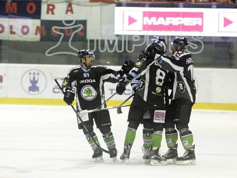 Hokejisté Mladé Boleslavi se radují z gólu proti Olomouci.
