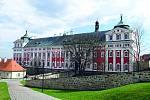 Broumovský klášter. V jeho komplexu naleznete krásnou klášterní zahradu a knihovnu, ve které je uloženo sedmnáct tisíc svazků.