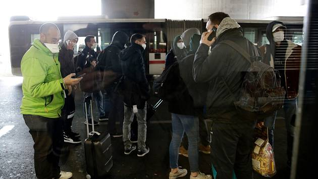 Autobus s cestujícími z italského Milána skončil ve francouzském Lyonu kvůli obavám z nákazy koronavirem v karanténě.