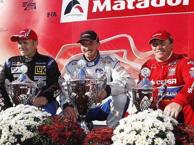 David Vršecký (uprostřed) poprvé vyhrál domácí závody ME tahačů v Mostě. Druhý dojel jeho stájový kolega z Buggyry Bösiger (vlevo), třetí Španěl Albacete.
