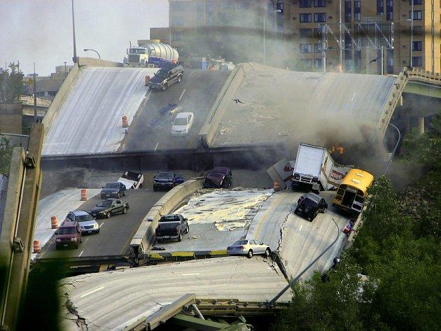 Nejméně devět mrtvých a 60 zraněných si vyžádalo zřícení dálničního mostu v Minneapolisu.