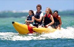Jízda na nafukovacím banánu je oblíbenou zábavou u moře.