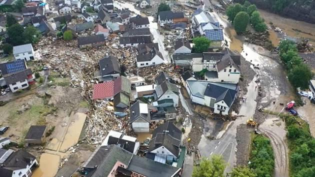 Záběry na zatopenou vesnici v Německu.