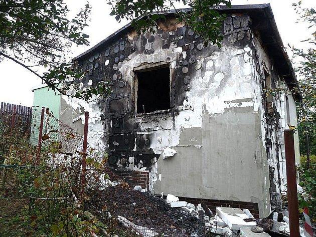 MÍSTO ČINU. Tuto chatku muž nejprve zapálil a o několik dní později se v její blízkosti oběsil.