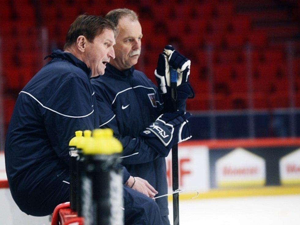 Trenér Alois Hadamczik (vlevo) a jeho asistent Slavomír Lener 1. května ve Stockholmu v hale Globen při prvním tréninku po příletu do dějiště hokejového mistrovství světa.