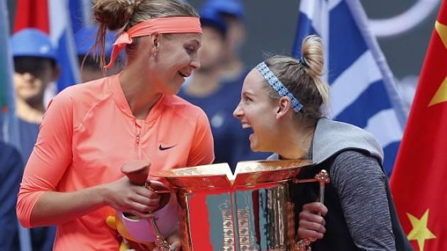 Lucie Šafářová s Bethanií Mattekovou-Sandsovou získaly v Pekingu už třetí deblový titul v řadě a celkově osmý společný.
