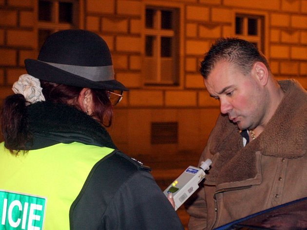 Policisté udělali razii na řidiče, kteří usedají za volant opilí.