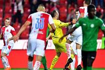 Brankář Slavie Ondřej Kolář se raduje z gólu, který vstřelil proti Příbrami.