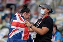 Paralympijská vítězka Lisa Adamsová slaví zlatou medaili spolu se svou sestrou a trenérkou Valerií, která je dvojnásobnou olympijskou vítězkou.
